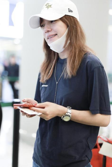 Triệu Vy xuất hiện nhợt nhạt ở sân bay sau ồn ào là kẻ gây rối trong cuộc tình Huỳnh Hiểu Minh - Angelababy - Ảnh 2.