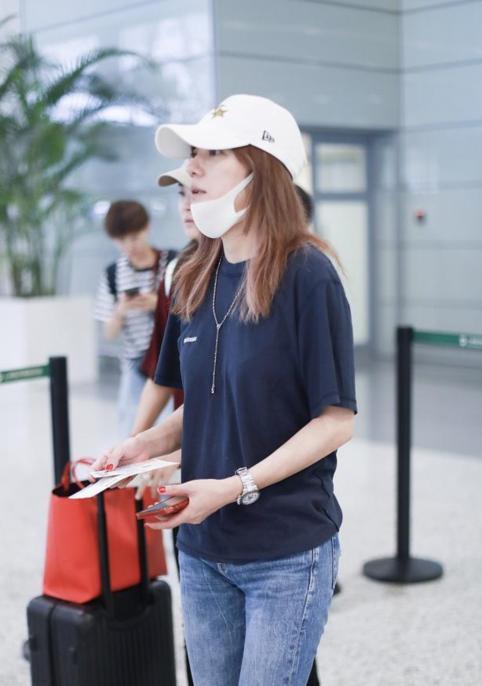Triệu Vy xuất hiện nhợt nhạt ở sân bay sau ồn ào là kẻ gây rối trong cuộc tình Huỳnh Hiểu Minh - Angelababy - Ảnh 3.