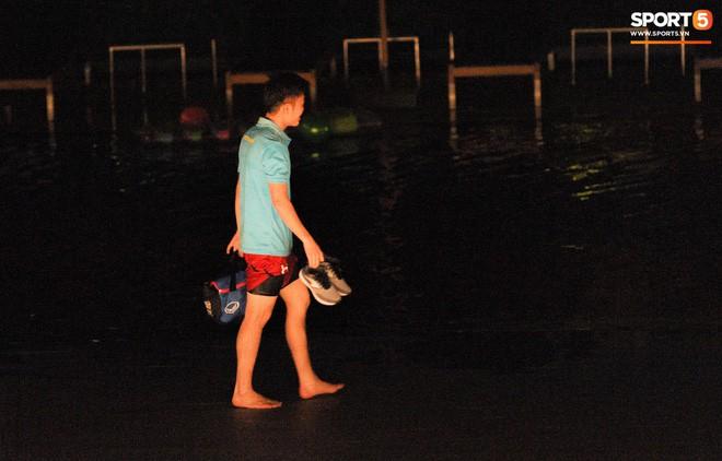 Cầu thủ Việt Nam chơi đạp vịt trước trận đấu với Thái Lan - Ảnh 4.