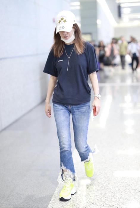 Triệu Vy xuất hiện nhợt nhạt ở sân bay sau ồn ào là kẻ gây rối trong cuộc tình Huỳnh Hiểu Minh - Angelababy - Ảnh 4.