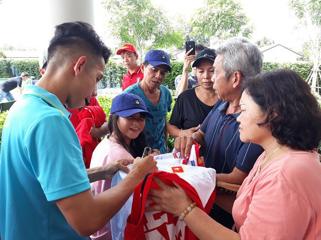 ĐT Việt Nam được tiếp thêm giò chả, bánh chưng, sâm Hàn Quốc từ Hội CĐV VFS - Ảnh 3.
