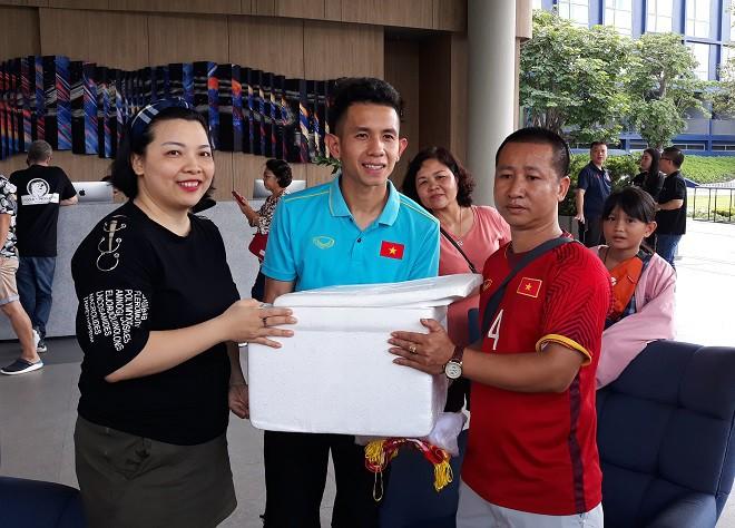 ĐT Việt Nam được tiếp thêm giò chả, bánh chưng, sâm Hàn Quốc từ Hội CĐV VFS - Ảnh 5.
