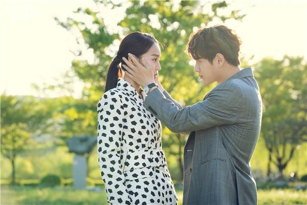 Sứ mệnh cuối của thiên thần: Khán giả phấn khích với cảnh hôn ngọt ngào của Shin Hye Sun - L (Infinite) - Ảnh 1.