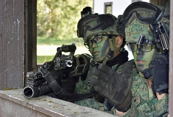 Singapore nên nhìn xuống chân để biết sức mạnh quân sự của mình ở đâu - Ảnh 1.