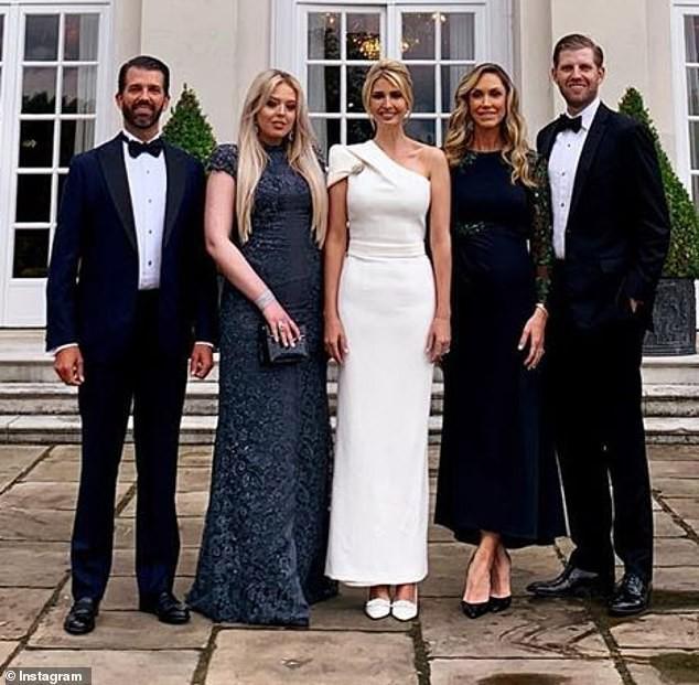 Ivanka Trump gây thương nhớ khi xuất hiện rực rỡ tại sân bay tạm biệt nước Anh, cả gia đình Tổng thống Mỹ lại gây bão truyền thông - Ảnh 4.