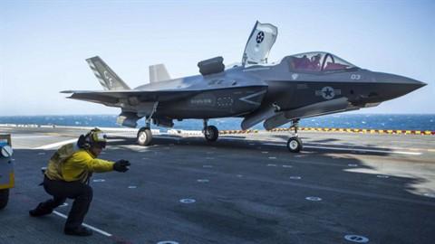Trớ trêu: Tiêm kích tàng hình F-35 không thể cất cánh trên siêu tàu sân bay Mỹ? - Ảnh 1.