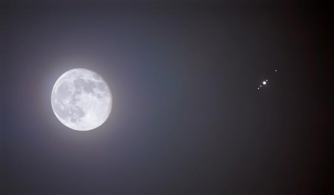 Mùng 10 tháng Sáu tới, Sao Mộc sẽ tới gần Trái Đất đến nỗi bạn có thể ngắm nó mà không cần kính viễn vọng - Ảnh 1.