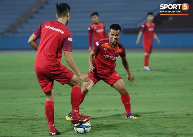 U23 Việt Nam đấu U23 Myanmar: Giá vé chợ đen tăng phi mã, gấp gần 5 lần giá gốc - Ảnh 6.