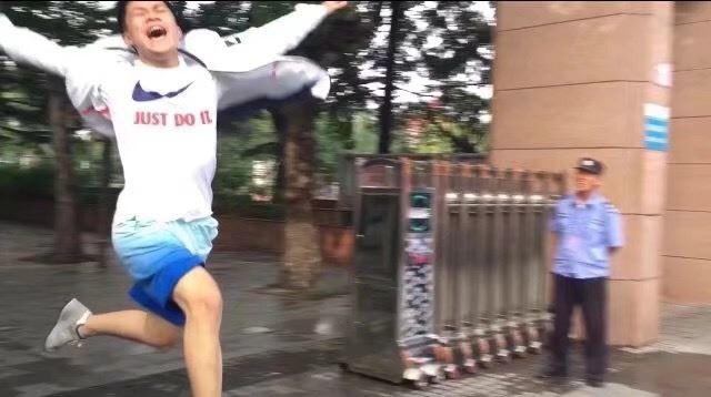 Hình ảnh nam sinh nhảy múa, chạy như bay sung sướng trước cổng trường vì đã thi xong Đại học gây bão mạng - Ảnh 5.