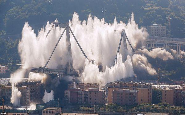 Cận cảnh phá hủy cây cầu cao tốc trong 7 giây - Ảnh 1.