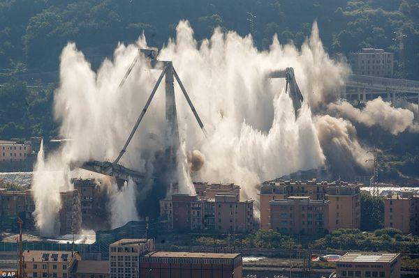 Cận cảnh phá hủy cây cầu cao tốc trong 7 giây - Ảnh 2.