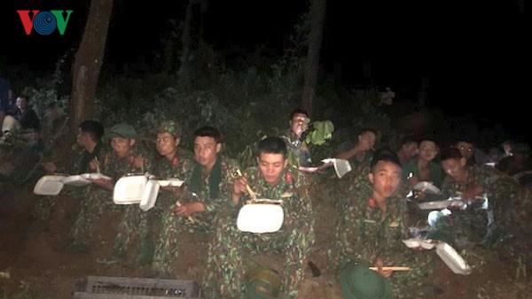 Chủ nhà hàng mang cơm, nước uống miễn phí cho lực lượng chữa cháy rừng - Ảnh 1.