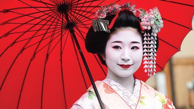 Lý do geisha Nhật Bản luôn bôi son đỏ, quốc kỳ cũng vẽ mặt trời đỏ hay văn hóa cuồng màu rực rỡ của xứ Phù Tang - Ảnh 4.