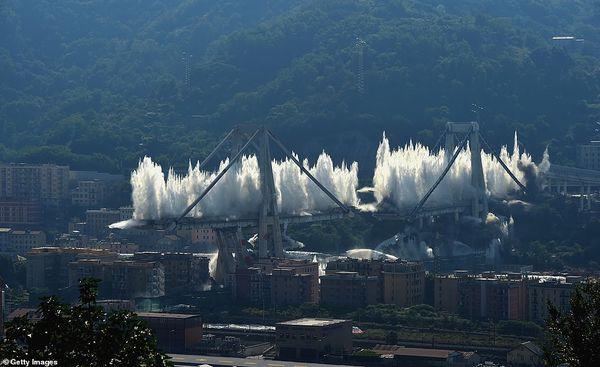 Cận cảnh phá hủy cây cầu cao tốc trong 7 giây - Ảnh 4.