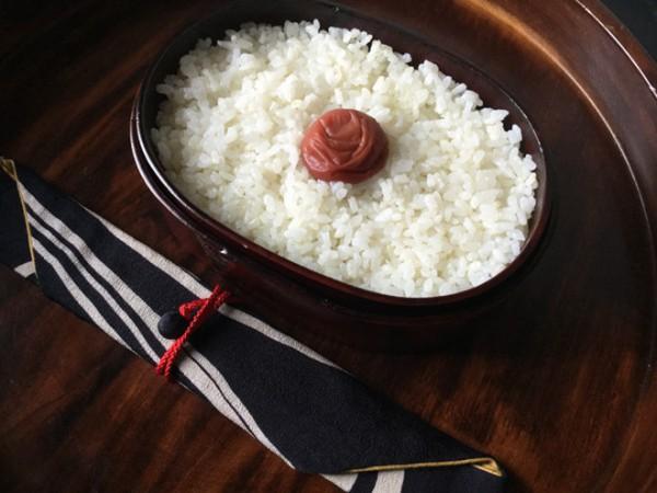 Lý do geisha Nhật Bản luôn bôi son đỏ, quốc kỳ cũng vẽ mặt trời đỏ hay văn hóa cuồng màu rực rỡ của xứ Phù Tang - Ảnh 9.