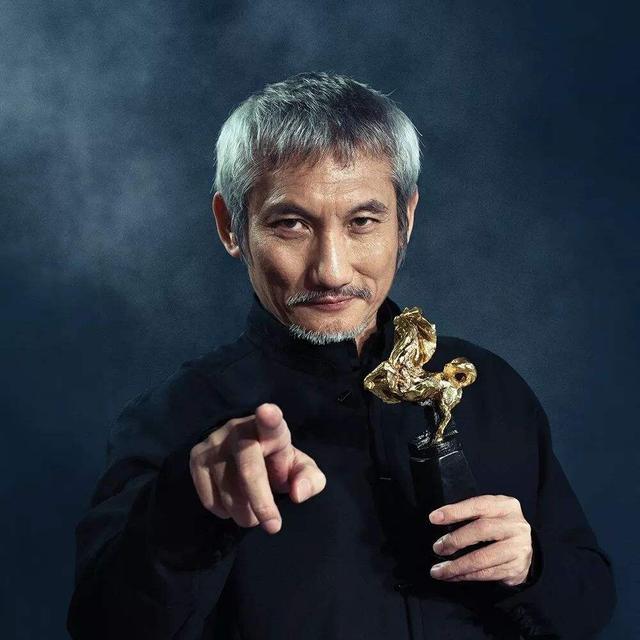 Đạo diễn nổi tiếng sinh tại Việt Nam: Được Châu Tinh Trì nể phục, U70 bỏ vợ theo tình trẻ kém 30 tuổi - Ảnh 1.
