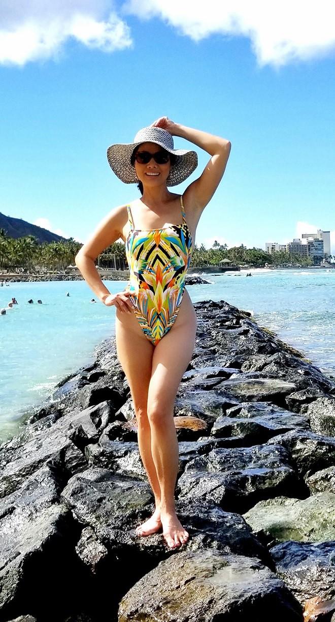 Hồ Lệ Thu diện bikini khoe thân hình nóng bỏng ở tuổi U50 - Ảnh 1.