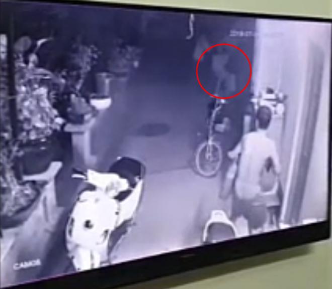 Clip: Người đàn ông dùng bình cứu hỏa chống trả nhóm trộm táo tợn thủ súng và roi điện, giải cứu con trai 15 tuổi bị khống chế - Ảnh 3.