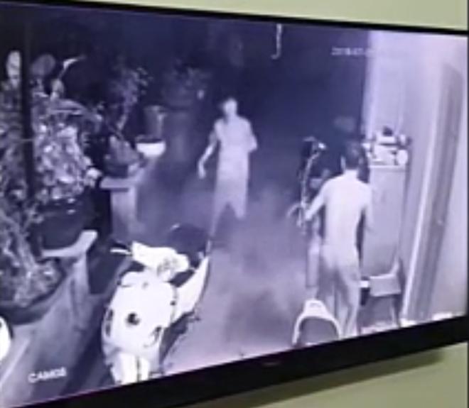 Clip: Người đàn ông dùng bình cứu hỏa chống trả nhóm trộm táo tợn thủ súng và roi điện, giải cứu con trai 15 tuổi bị khống chế - Ảnh 4.