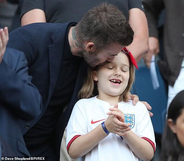 Con gái rượu của Beckham xuất hiện cực thần thái khi chụp hình với mẹ, fan thích thú vì nụ cười giống hệt một người trong nhà - Ảnh 4.