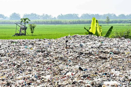 """Rác thải """"nuốt chửng"""" ngôi làng ở Indonesia - Ảnh 7."""