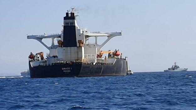 Tàu chiến Anh chĩa pháo cảnh cáo 5 tàu tấn công nhanh Iran - IRGC ra tuyên bố phản bác sắc lạnh - Ảnh 2.