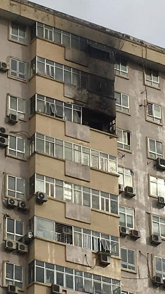 Hà Nội: Cháy tại tầng 15 tòa chung cư ở Nam Trung Yên, khói bốc ra nghi ngút - Ảnh 4.