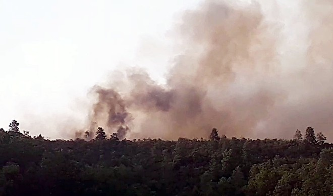 Hàng trăm người xuyên đêm chữa cháy rừng tại Quảng Nam - Ảnh 1.