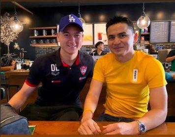Đặng Văn Lâm bất ngờ chụp ảnh thân thiết với Kiatisak, gọi huyền thoại bóng đá Thái Lan là thầy - Ảnh 1.