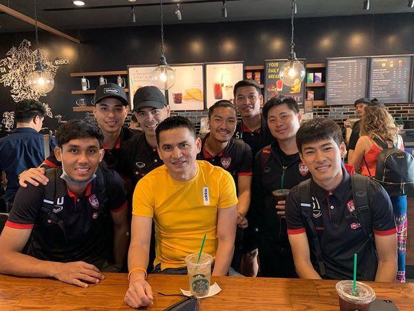 Đặng Văn Lâm bất ngờ chụp ảnh thân thiết với Kiatisak, gọi huyền thoại bóng đá Thái Lan là thầy - Ảnh 2.
