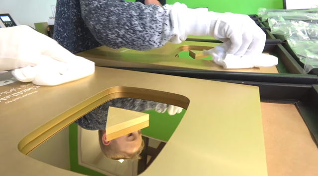 Đột nhập trụ sở YouTube xem cách làm Nút Vàng, Bạc, Kim Cương: Mỗi nút một máy, tự động gần như 100% - Ảnh 7.