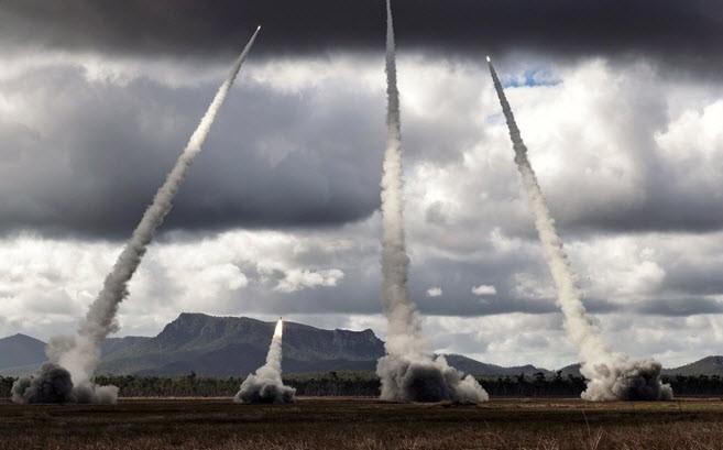 24h qua ảnh: Quân đội Mỹ diễn tập phóng hàng loạt pháo phản lực - Ảnh 2.