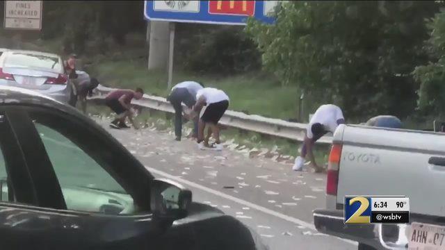 Xe chở tiền đánh rơi hơn 4 tỷ đồng trên đường cao tốc, người dân xúm vào nhặt trước sự bất lực của cảnh sát - Ảnh 2.