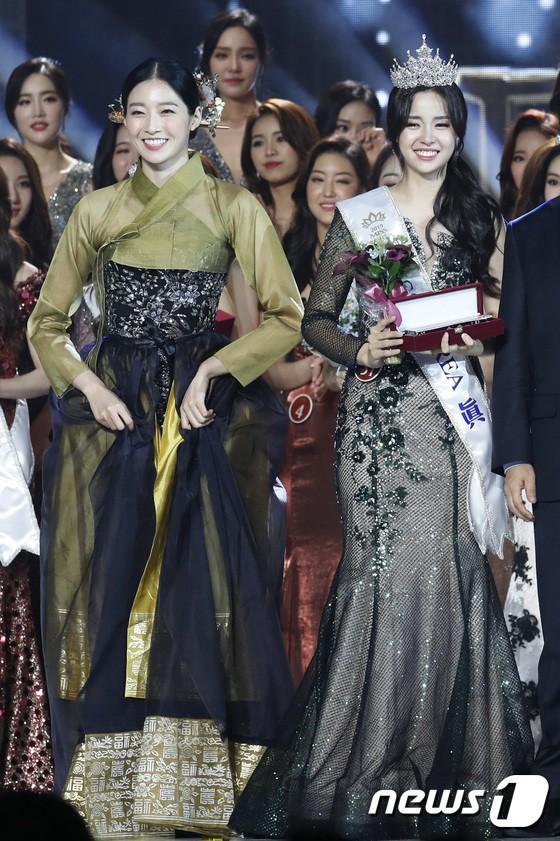 Chung kết Hoa hậu Hàn Quốc 2019 gây bão: Tân Hoa hậu xinh đến mức dìm cựu Hoa hậu, dàn Á hậu đằng sau bị chê mặt nhựa - Ảnh 12.