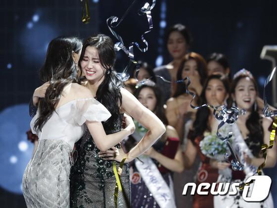 Chung kết Hoa hậu Hàn Quốc 2019 gây bão: Tân Hoa hậu xinh đến mức dìm cựu Hoa hậu, dàn Á hậu đằng sau bị chê mặt nhựa - Ảnh 13.