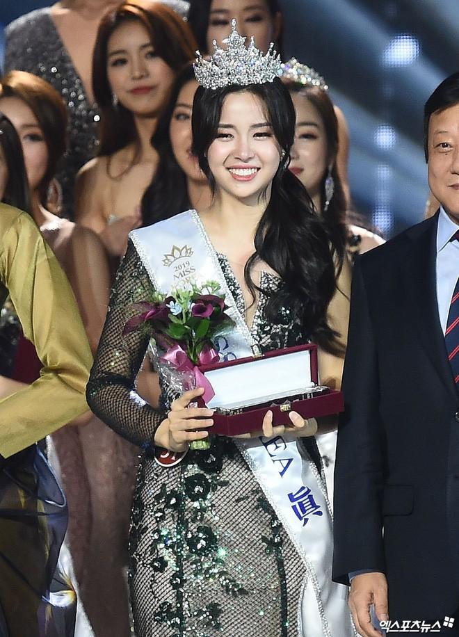 Chung kết Hoa hậu Hàn Quốc 2019 gây bão: Tân Hoa hậu xinh đến mức dìm cựu Hoa hậu, dàn Á hậu đằng sau bị chê mặt nhựa - Ảnh 3.