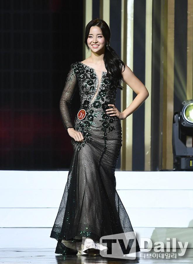 Chung kết Hoa hậu Hàn Quốc 2019 gây bão: Tân Hoa hậu xinh đến mức dìm cựu Hoa hậu, dàn Á hậu đằng sau bị chê mặt nhựa - Ảnh 7.
