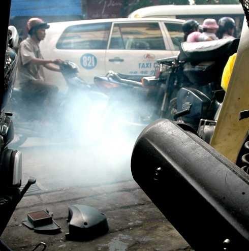 Nhận diện bệnh của xe máy qua màu khói và tiếng kêu của ống pô - Ảnh 1.