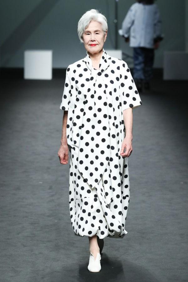 Bỏ việc để trở thành người mẫu chuyên nghiệp, người phụ nữ 77 tuổi khiến giới trẻ nể phục - Ảnh 2.