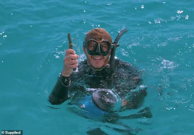 Cảnh cá đuối cầu cứu thợ lặn vì không thể lấy được lưỡi câu mắc sâu vào mắt khiến người xem bất ngờ - Ảnh 3.