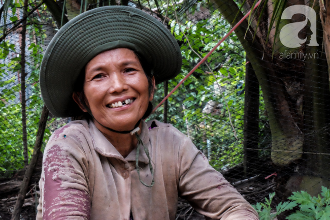Nụ cười giòn tan của bà ngoại 12, kể chuyện mang bầu 6 tháng vẫn leo trên ngọn dừa, cất được nhà trăm triệu cho chồng - Ảnh 1.