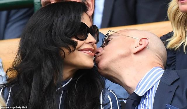 """HOT: Tỷ phú Amazon xuất hiện công khai, trao nụ hôn đắm đuối bên người tình nhưng nhan sắc của """"kẻ thứ 3"""" khiến ai cũng giật mình phát sợ - Ảnh 2."""