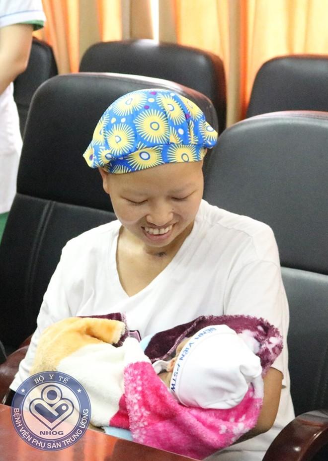 Mẹ ung thư giai đoạn cuối quyết sinh con: Hôm mổ đẻ mong được con vuông, không cần mẹ tròn - Ảnh 1.