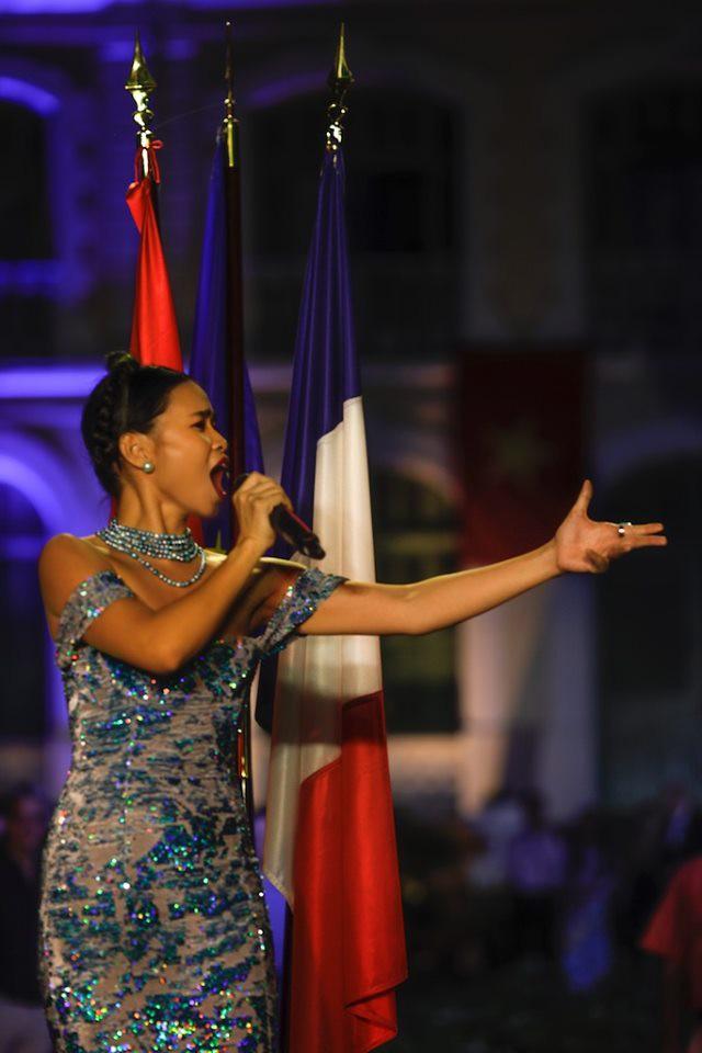 Mặc gợi cảm biểu diễn, Đồng Lan bức xúc khi bị đánh giá không bằng văn hóa một cô bia ôm - Ảnh 1.