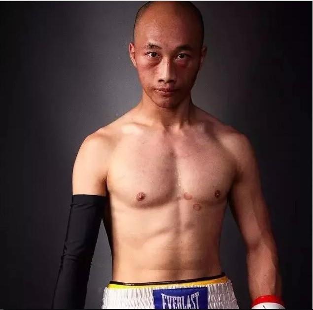 """Được chấp một tay vẫn gục ê chề, đệ tử Diệp Vấn quyết """"báo thù"""" võ sĩ boxing ở lần tái đấu - Ảnh 2."""