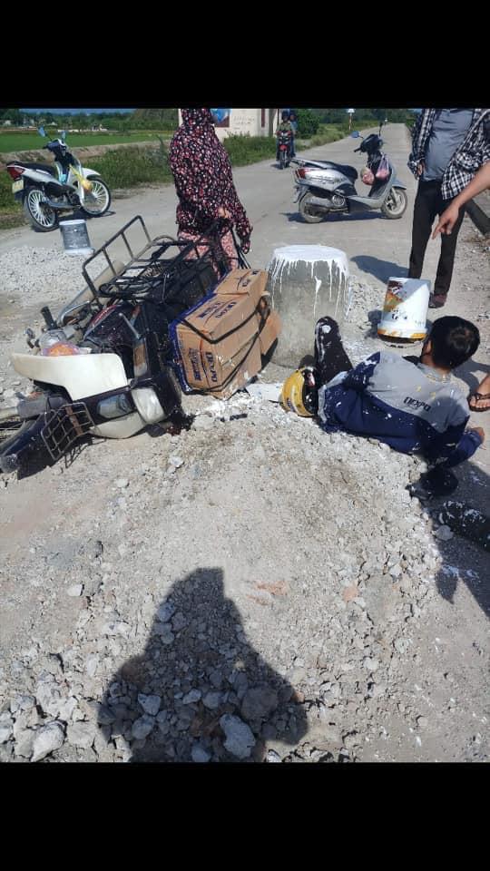 Trụ bê tông mọc giữa đường khiến xe máy không kịp tránh, gây nên tai nạn bất ngờ - Ảnh 5.