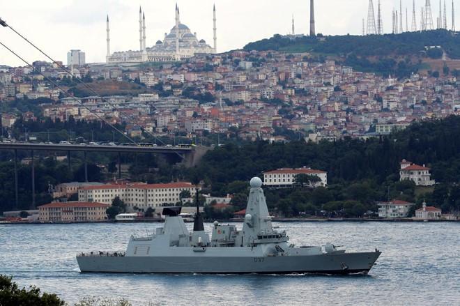 Anh gửi tàu chiến thứ 3 đến Vùng Vịnh: Át chủ bài của Iran sẽ kích hoạt chiến tranh? - Ảnh 2.