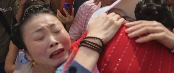 Bị bắt cóc và sống dưới thân phận khác suốt 30 năm, cô gái khóc cạn nước mắt đoàn tụ cha mẹ ruột - Ảnh 3.