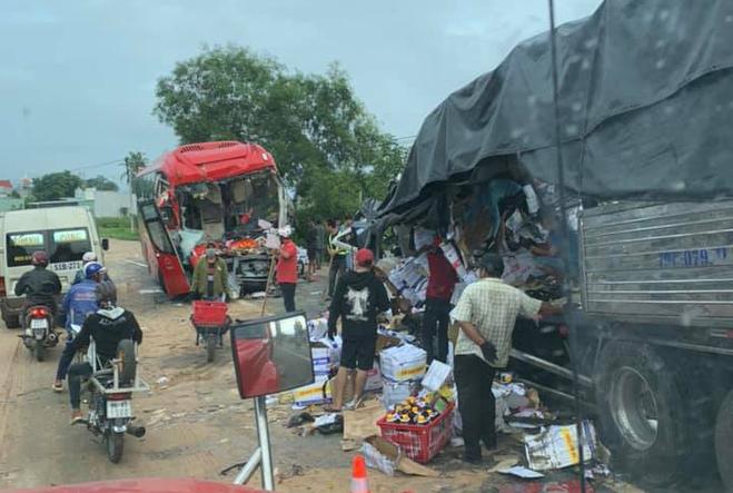 Xe khách đối đầu xe tải trên quốc lộ 1A, 2 tài xế tử vong, nhiều người bị thương - Ảnh 1.