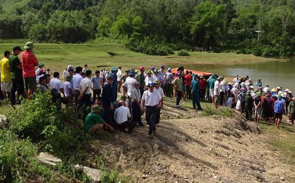 Thi thể nam thanh niên với nhiều vết chém nghi bị sát hại ném xuống sông